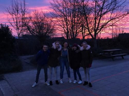 Vroege vogels Middenschool Sint-Lutgart poseren graag voor de prachtige ochtendhemel